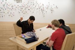 リー・ミンウェイ 《プロジェクト・繕(つくろ)う》 2009年 展示風景:ロンバード=フレイド・プロジェクツ、ニューヨーク、2009年 ルディ・ツェン氏蔵 撮影:Anita Kan