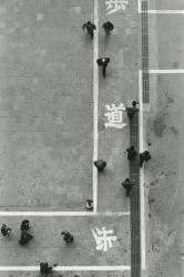 奈良原一高 「Tokyo,the 50s」1954-58年/1986年 ゼラチンシルバープリント イメージサイズ:32.9x21.3 cm ペーパーサイズ:35.5x27.9 cm © 奈良原一高アーカイブズ
