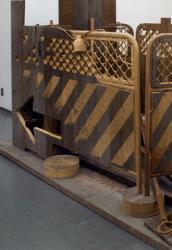 林範親 「安全第一」(部分) 1990 木 150x300x150cm