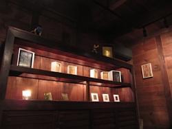 ギャラリーはしまや「陰翳礼賛 光彩」 倉の暗闇で光を放つ金属版画と倉の番飛蝗グログランさん、グログランくん