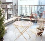 ベランダにテーブルとベンチを設置してあります。