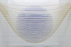 泉 洋平 「包み」 2011年 / 45×45×45cm / 糸に油性インク、ローピングヤーン、木材