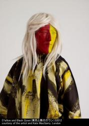《Yellow and Black Gown(黄色と黒のガウン)》2012 courtesy of the artist and Kate MacGarry, London
