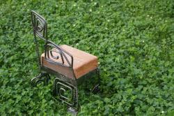 子供用椅子(鉄、木(古屋の梁を利用))