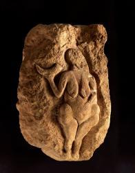 《角を持つヴィーナス(ローセルのヴィーナス)》  25,000年前頃 アキテーヌ博物館 ©Musée d'Aquitaine - Mairie de Bordeaux. Cliché L. Gauthier