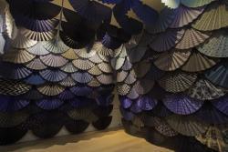 須藤玲子《扇の舞》2020年,テキスタイル,コンプトン・ヴァーニー・アート・ギャラリー・アンド・パークでの展示風景 Fabric: Touch and Identity © Compton Verney, photography Jamie Woodley