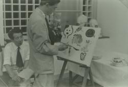 田中千代学園芦屋校アトリエ開き・寄せ書きに描く吉原とそれを見つめる小磯 1952年7月 写真提供:学校法人田中千代学園