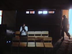 《三凾座の解体》(銀幕に二台の映像プロジェクション、カメラ、椅子)より