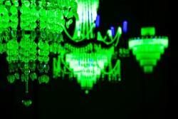 《クリスタルパレス:万原子力発電国産業製作品大博覧会》 2013 ウランガラス、シャンデリアフレーム、ブラックライト サイズ可変 展示風景:シンガポール・ビエンナーレ2013、シンガポール国立博物館