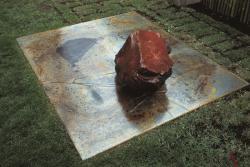 李禹煥 《関係項》 1969/1982年 鉄板、ガラス、石 180×220×40 cm