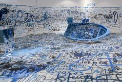 オノ・ヨーコ 《色を加えるペインティング(難民船)》 1960/2016年 ミクスト・メディア・インスタレーション サイズ可変 展示風景:「オノ・ヨーコ:インスタレーション・アンド・パフォーマンス」マケドニア現代美術館(ギリシャ、テッサロニキ)2016年