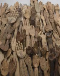 [様々な手の形の奉納物1]撮影:北野謙