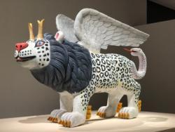 三沢厚彦《Animal 2020-03》2020 年  樟、油彩 208.0×112.0×346.0cm ©Atsuhiko Misawa Courtesy of Nishimura Gallery