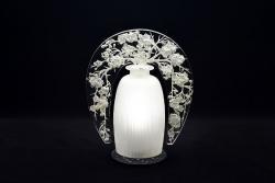 常夜灯《日本のリンゴの木》1920年 透明ガラス、型吹き成形、装飾板はプレス成形、サチネ/ベークライト製照明台付