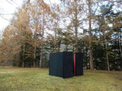 ⼤久保 英治《森と物の時間物語》2019 年 *本展のために制作された美術館庭園のインスタレーション