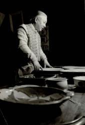 「自身の陶磁器コレクションを眺める式場隆三郎」、個人蔵