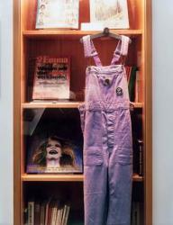 「ドイツ連邦共和国における女性運動史の展示ケース、ドイツ連邦共和国歴史博物館財団、ボン」2013年Cプリント、フレーム 69 x 53 cm